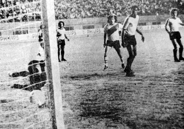 El primer gol que Eddy Bores recibió en Sport Boys fue con este remate de Fredy Ravello (Recorte: diario La Crónica)