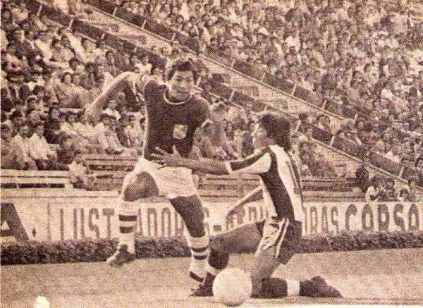 Reynaldo Jaime se escapa de Jaime Duarte el día del primer 0-0 entre Alianza y Cristal en Matute. Fue en el Descentralizado 1976 (Recorte: revista Ovación)