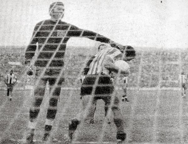 José Gonzales Ganoza se lamenta ante uno de los goles de Unión Huaral, en el recordado partido en que los naranjeros igualaron 2-2 luego de ir perdiendo por 2-0 (Recorte: revista Ovación)