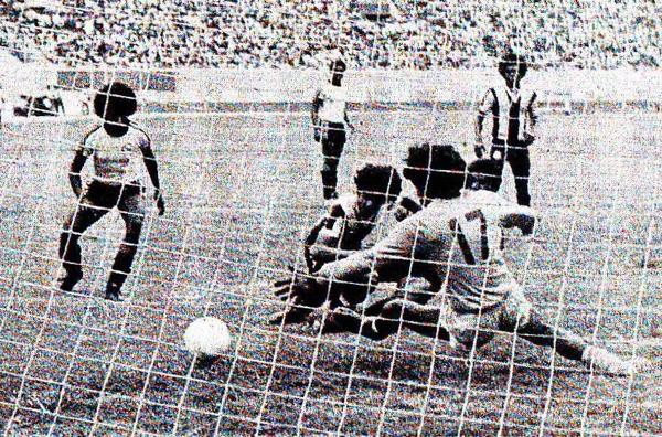 Escenas del Boys - Alianza, por la última fecha del Descentralizado 1976. Fue triunfo rosado por 3-1 y, con ello, forzaron un partido extra ante Huaral para definir el título de la temporada (Recorte: diario La Crónica)
