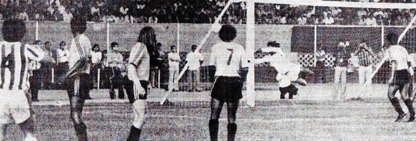 Anotando el gol más importante de su carrera, cuando venció a Manuel Carrizales para asegurar el título de Unión Huaral sobre Sport Boys (Recorte: diario La Crónica)