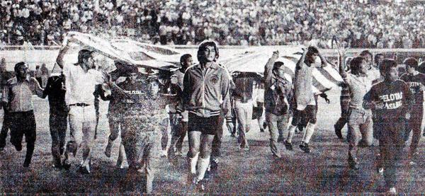 Los jugadores de Unión Huaral, liderados por Eusebio Acasuzo, empiezan a dar la vuelta olímpica tras la obtención del campeonato (Recorte: diario La Crónica)