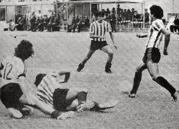 Huaral frente a Boys, quienes a la postre jugarían un partido extra por el título, en duelo de la fecha 28 en que el 'Pelícano' cedió un 0-0 ante los rosados en el Lores Colán (Recorte: revista Ovación)
