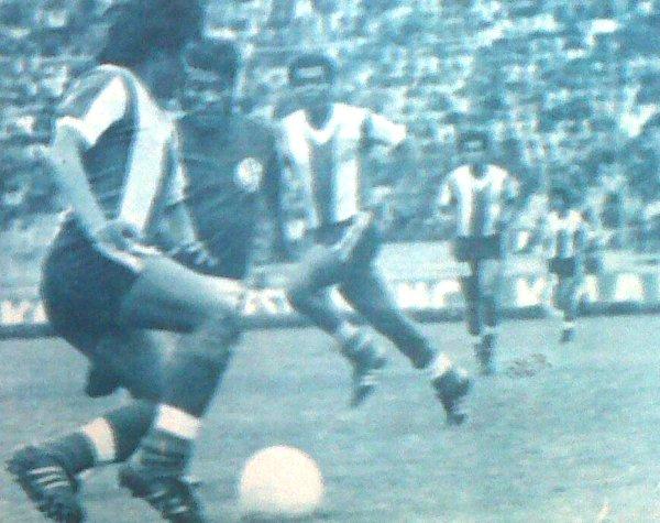 Teófilo Cubillas, quien aparece al fondo de la escena en un Alianza 4 - Aurich 0 de 1977, es el jugador que más ha convertido en esta clase de enfrentamientos (Recorte: diario La Crónica)