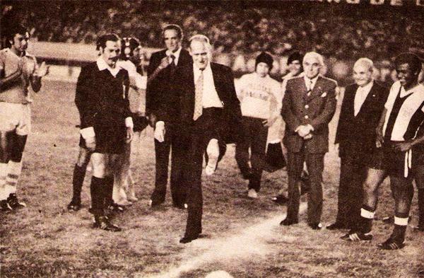 Joao Havelange da el play de honor en un Alianza - Cristal de 1977 con el árbitro José Ramírez al costado del entonces presidente de la FIFA (Recorte: revista Ovación)
