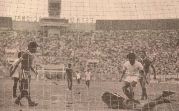 1977. Bolognesi llega a Lima y comienza ganándole a la 'U' con gol de Zegarra. En la imagen, el golero Francisco Ponce exigido ante un Nacional copado (Foto: revista Ovación)
