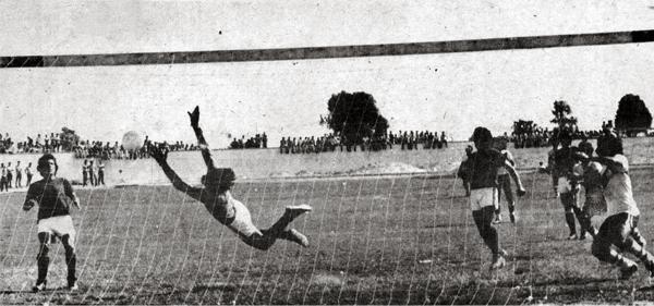 Este gol de Germán Leguía en Chincha salvó a Municipal de irse al descenso en 1977. (Recorte: Revista Ovación)
