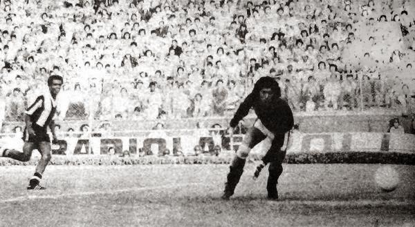 Gol de Teófilo Cubillas, uno de los seis que Alianza anotó en el arco de un desguarnecido Eusebio Acasuzo en 1977 (Recorte: diario La Crónica)