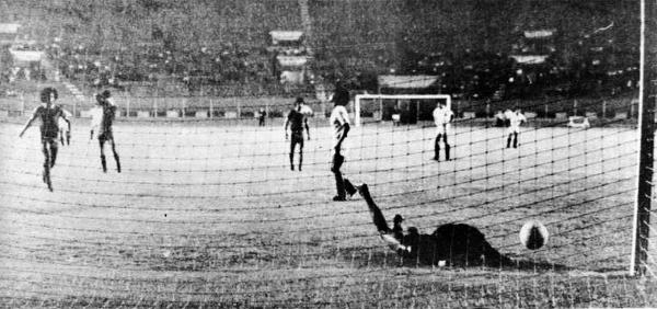 Partido entre Universitario y Bolognesi por la Liguilla de 1977, a la que el cuadro tacneño accedió por medio del Interzonal (Recorte: revista Ovación)
