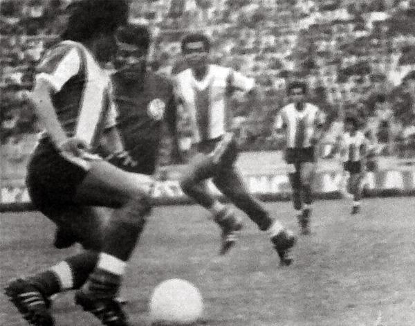 Hugo Sotil controla el balón mientras Teófilo Cubillas observa atento en el partido que culminó con un 4-0 de Alianza sobre Aurich en Matute (Recorte: diario La Crónica)