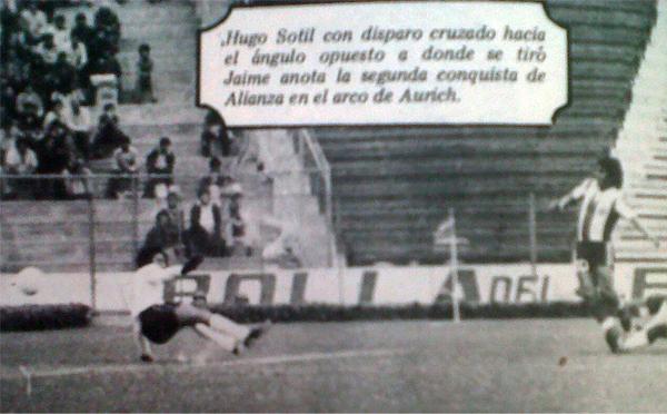 Momento preciso en el que Sotil marca el segundo gol de la tarde (Recorte: diario La Crónica)