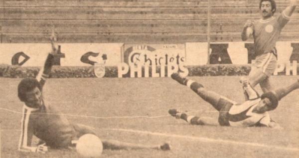 1978. Carlos Chirinos bate así a 'Caíco' Gonzales Ganoza y pone el triunfo de 'Bolo' sobre el Alianza que ese año sería bicampeón en el propio Matute (Foto: revista Ovación)