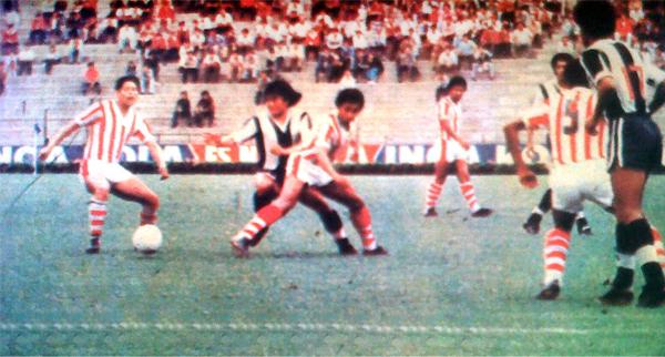 Ni el 'Cholo' Sotil con su hábil juego pudo superar la férrea marca de la defensa chalaca (Recorte: diario La Crónica)