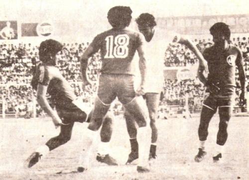 La primera vez que la 'U' perdió por 1-0 ante Aurich en Chiclayo fue en 1980. En la imagen, el 'Gato' Fernando Cuéllar es marcado por Campaña, Cosmópolis y Cadenillas (Recorte: revista Ovación)