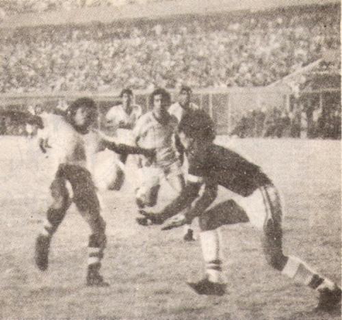 Manuel Carrizales llega primero al mano a mano con Abel Lobatón padre en el empate 1-1 entre Boys y Torino por el Descentralizado 1979 (Recorte: revista Ovación)