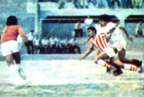 En la imagen se aprecia el momento en el que Alejandro Pozú decreta el gol de la victoria ante la marca de José Cañamero (Recorte: diario La Crónica)