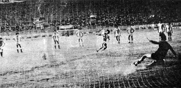 La Palma se puso en ventaja mediante este penal que anotó Jorge 'Koki' Hirano (Recorte: diario La Crónica)