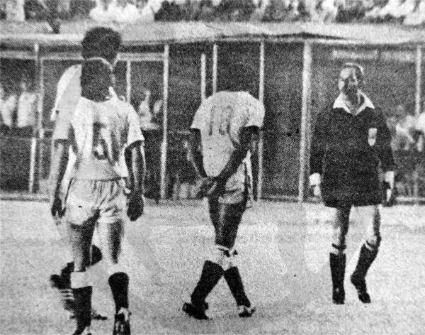 Los reclamos de Julio Meléndez no surtieron efecto en José 'Paquirri' Ramírez luego que éste lo expulsó (Recorte: diario La Crónica)