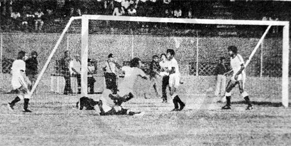 Julio Casquel ya batió al arquero José Castro para señalar el segundo tanto huachano (Recorte: diario La Crónica)