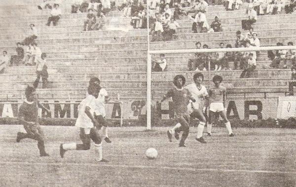 1981. Otra vez en Matute, 'Bolo' se afirma ante González Prada y salva la categoría con un 0-2 que luego revalidaría con un 3-0 en Tacna (Foto: revista Ovación)