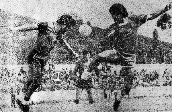 Pérez y Jaramillo disputan el balón. Melgar saldría vencedor en la 'Incontrastable'. (Recorte: diario Correo de Huancayo)