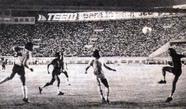 La defensa de Melgar se apresta a rechazar un ataque de Cristal durante el partido por el título de 1981 (Recorte: revista Ovación)