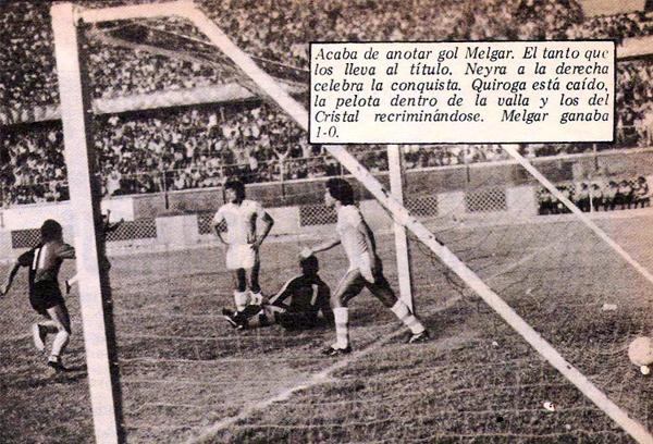 El gol que acabó por darle el título a Melgar. Genaro Neyra, tapado por el poste, celebra su conquista ante un vencido Ramón Quiroga (Recorte: revista Ovación)