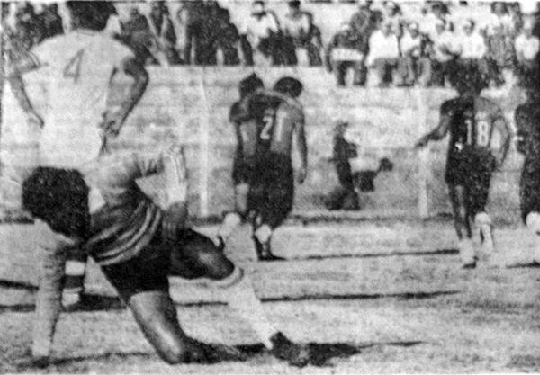 La resignación de Bolognesi el día que los tacneños cayeron por dos goles ante Melgar. Al fondo, los jugadores rojinegros celebran una de sus conquistas, algo que se repitió no pocas veces ese año (Recorte: diario Correo de Arequipa)