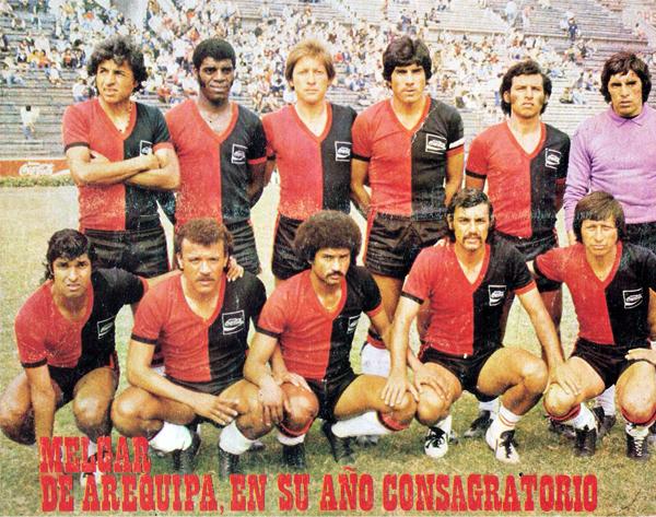 Una alineación de Melgar en el año que logró su consagración como uno de los grandes equipos de provincias. Como detalle, nótese la publicidad de Coca-Cola en la camiseta rojinegra (Recorte: revista Ovación)