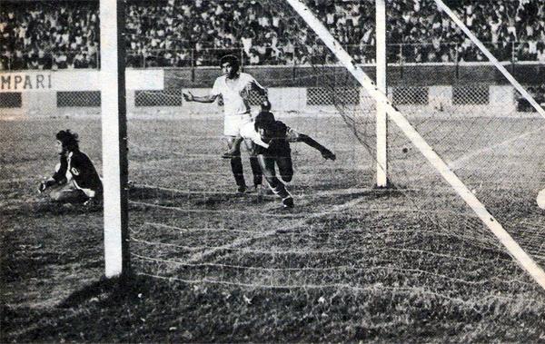 Franco Navarro se alista para salir a celebrar su segundo gol de la noche, el mismo que le dio el pase a la Libertadores a Municipal. (Recorte: Revista Ovación)
