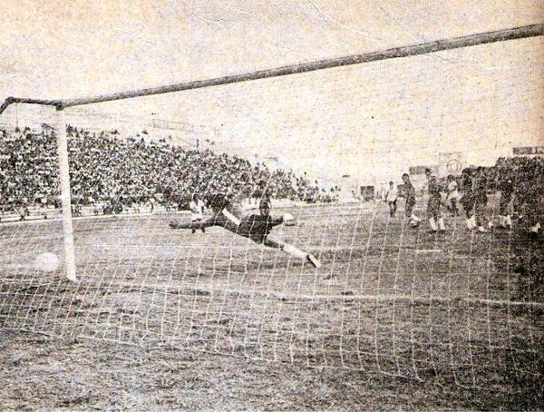 El argentino Leonardo Rumbo, de tiro libre, bate la portería de Melgar en el partido que Universitario venció a los arequipeños por 2-0 en una de las semifinales del Torneo Regional (Recorte: revista Ovación)