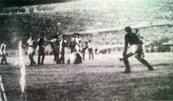 Rodulfo Manzo ejecutó así el tiro libre que le dio el título a Municipal al vencer a Universitario (Recorte: diario La Crónica)
