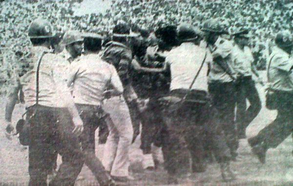 Algarabía total. Los hinchas del 'Dominó' invaden el campo y van al abrazo de Ernesto Neyra que anotó el definitivo 3-1. La Policía trata de rescatarlo del tumulto. (Foto: diario Correo de Arequipa)
