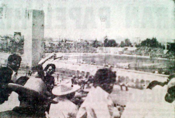 Un estadio Melgar totalmente abarrotado fue el marco espectacular del Melgar - Alianza. La gente tuvo que apostarse en las azoteas de las casas periféricas para no perderse el trascendental duelo. (Foto: Recorte: diario Correo Arequipa)