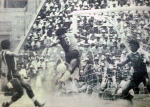 El golpe de cabeza de Genaro Neyra que abrió el marcador ante Alianza en Arequipa. 'Caíco' nada pudo hacer (Recorte: diario El Pueblo de Arequipa)