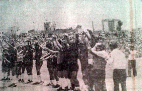 Saludo de Melgar previo al inicio del duelo ante Alianza Lima. Los arequipeños llegaban con una ventaja de dos puntos sobre los 'íntimos'. (Foto: Recorte: diario Correo Arequipa)