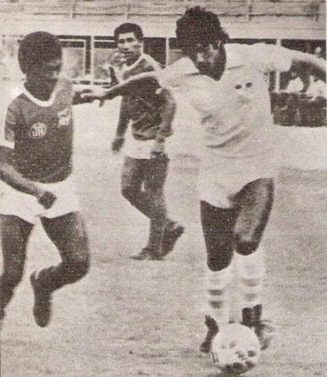 Juan Caballero marcado por Navarro la tarde en que Aurich venció 1-2 a Cristal en el Nacional por el Descentralizado 1982 (Recorte: revista Ovación)