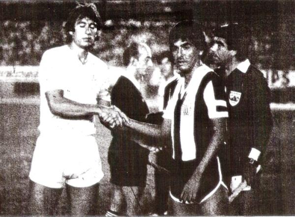 Leguía y Duarte, los capitanes de los equipos, se saludan antes del decisivo clásico de febrero de 1983 (Recorte: diario La Crónica)