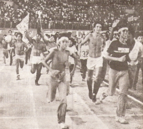 La vuelta olímpica merengue luego del triunfo sobre Municipal. Era el fin de ocho años de sequía (Recorte: revista Ovación)