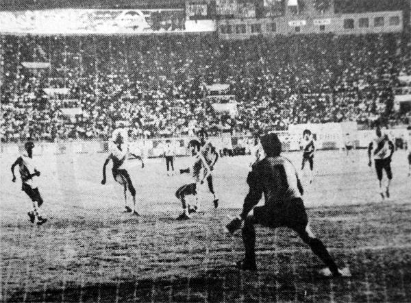 La pelota va rumbo a las redes del arco de Quiroga tras la definición de Malásquez (Recorte: diario La Crónica)