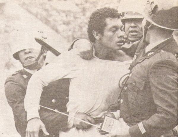 'Leo' Rojas, expulsado, se va del campo peleando con los custodios policiales (Recorte: revista Ovación)