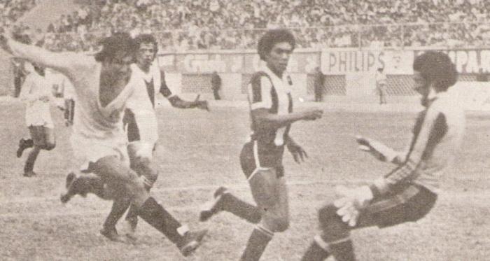 Gonzales Ganoza le saca una pelota de gol a Percy Rojas. Para El Veco, el golero íntimo fue gran figura en el clásico y evitó el empate crema (Recorte: revista Ovación)