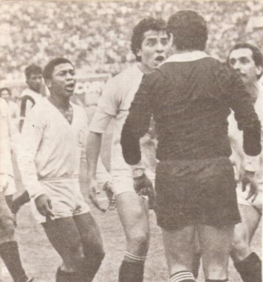 El encendido reclamo merengue. Ternero, Rey y Gardella encaran al juez Postigo luego de la anulación del gol (Recorte: revista Ovación)