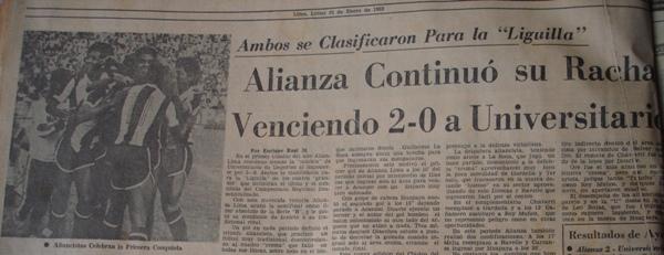 Festejo íntimo luego del gol de Juan Illescas, primero de la victoria 2-0 sobre los cremas en Matute por el Descentralizado 1983 (Recorte: diario La Prensa, 31/01/83)