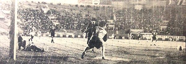 Caballero asiste a Jorge Hirano y éste bate a Emilio Campana. Fue el primer tanto de Cristal en el 4-1 sobre Melgar, goleada que valió el título en 1983 (Recorte: diario La Crónica)