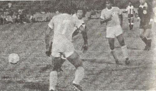 José 'Cate' Carranza vence la resistencia de ADT, el día en que se estrenaron en la temporada 1983 y su técnico, Víctor 'Pitin' Zegarra, hizo lo propio por tercera vez consecutiva (Recorte: revista Ovación)