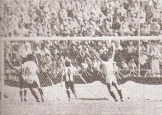 Carlos 'Piticlín' Palacios alza los brazos para celebrar el gol de Juan José Oré en el clásico del 1 de noviembre de 1983. La 'U' venció 1-2 en Matute un martes, como ahora (Recorte: revista Ovación)
