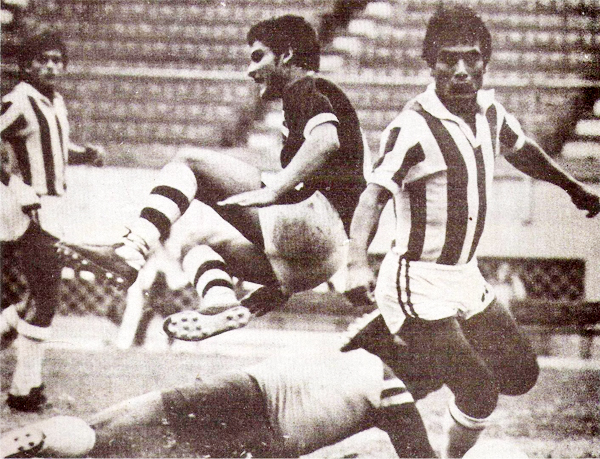 Fidel Suárez en sus inicios con Torino durante un partido contra Atlético Chalaco en 1983 (Recorte: revista Flash Deportivo)