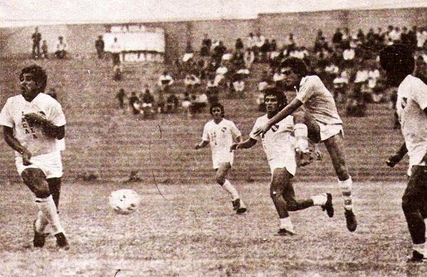 El viejo estadio San Martín de Porres también albergó algunos partidos de Cristal esa temporada, como éste ante CNI en el que Alberto Mora ensayó un remate que no rompió el 2-2 final (Recorte: revista Ovación)