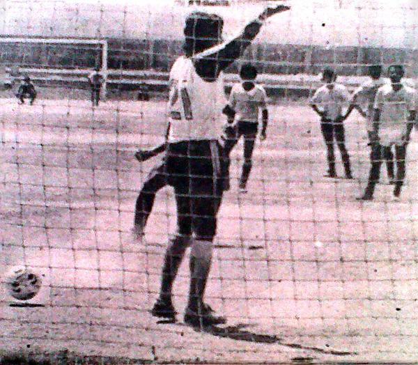 La pelota va hacia un lado mientras Eusebio Acasuzo mira hacia el otro en reclamo por los objetos que le lanzaron (Recorte: diario La Crónica)